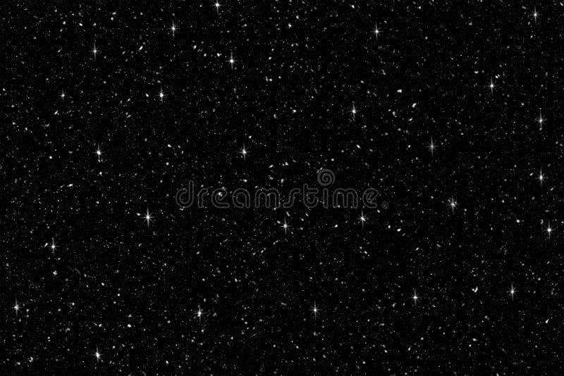 与亮光闪烁的落的雪在黑背景 在纯净的黑暗的冬天背景 大雪 免版税库存照片