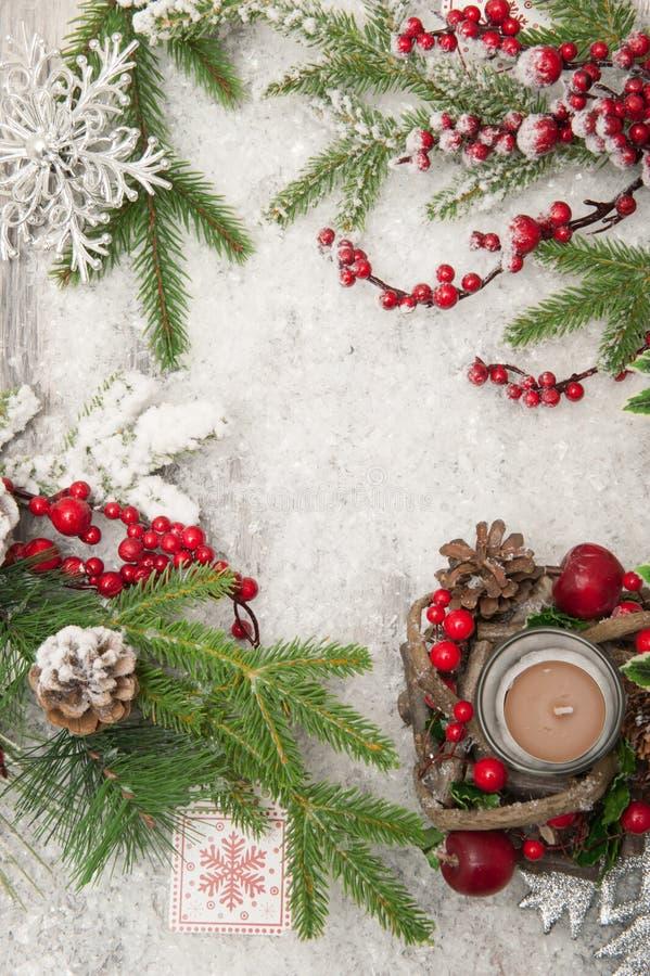 与人为雪、蜡烛和圣诞树分支的圣诞节背景 顶视图 免版税库存图片