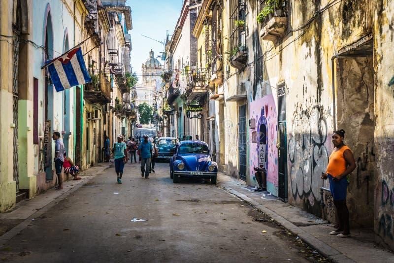 与人和古巴人旗子的古巴街道视图,在La哈瓦那,古巴 免版税库存照片