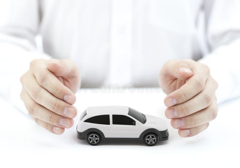 与人工包括的白色汽车玩具的汽车保险概念 免版税库存图片