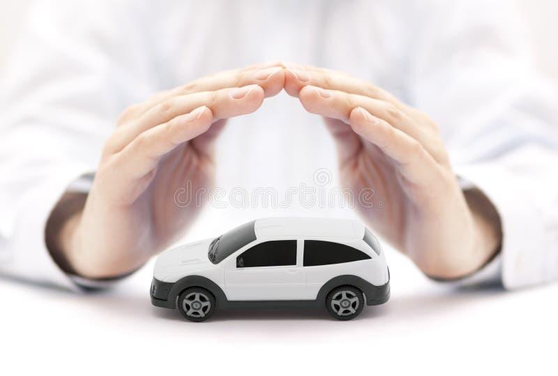 与人工包括的白色汽车玩具的汽车保险概念 库存照片