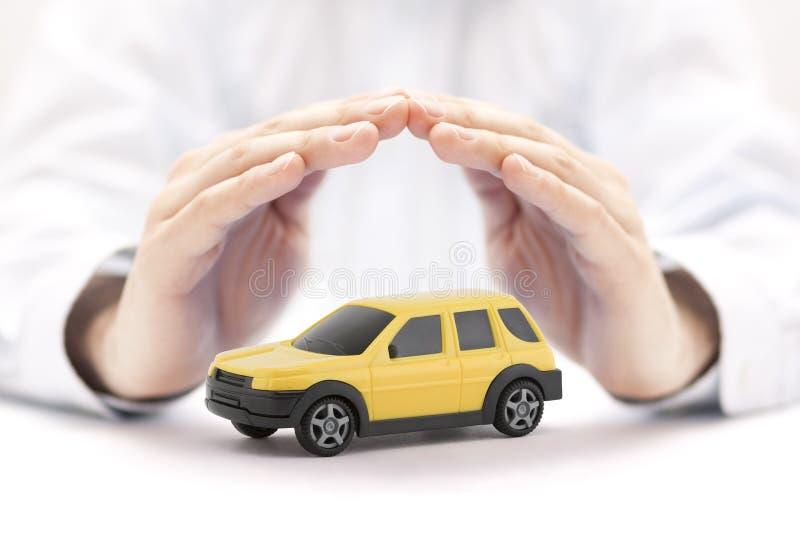 与人工包括的黄色汽车玩具的汽车保险概念 免版税库存照片