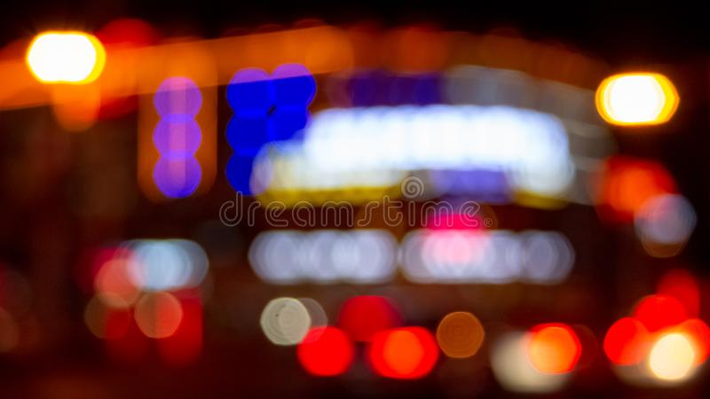 与人工地被弄脏的氖和大厦被带领的照明设备的都市夜照明有减速火箭的噪声的背景和路 库存图片
