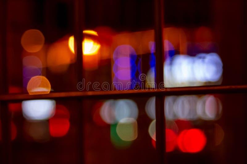 与人工地被弄脏的氖和大厦被带领的照明设备的都市夜照明有减速火箭的噪声的背景和路 免版税库存照片