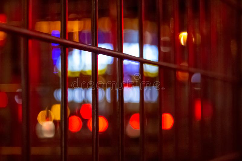 与人工地被弄脏的氖和大厦被带领的照明设备的都市夜照明有减速火箭的噪声的背景和路 免版税库存图片
