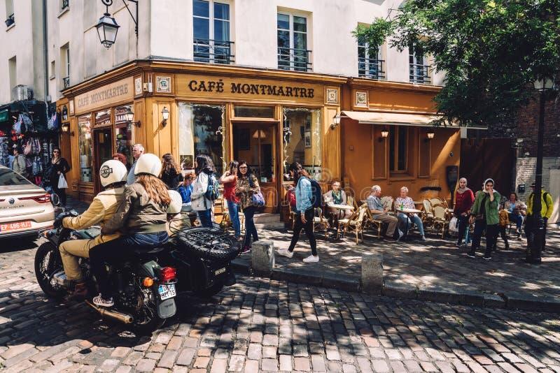 与人的咖啡馆蒙马特夏天大阳台的 免版税图库摄影