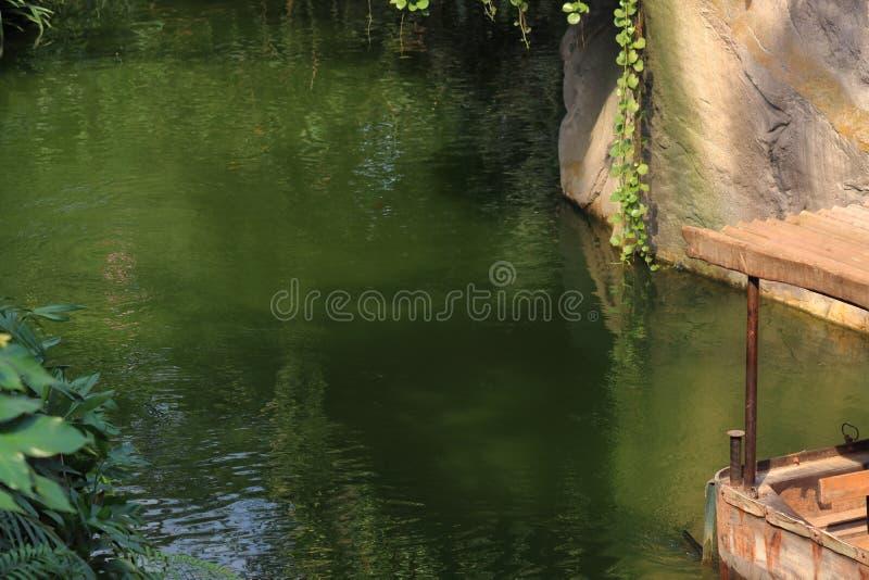 与人的小船运输在动物园里在莱比锡在德国 免版税库存照片