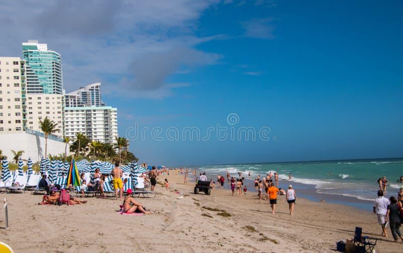 与人的海滩 免版税库存图片