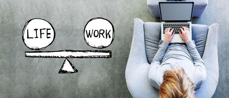 与人的生活和工作平衡使用膝上型计算机 免版税库存照片