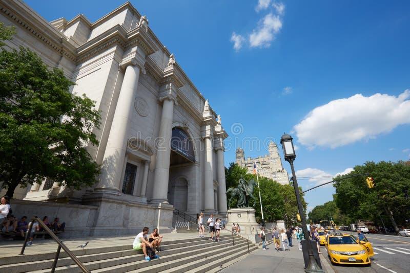 与人的美国自然历史博物馆大厦在纽约 免版税库存照片
