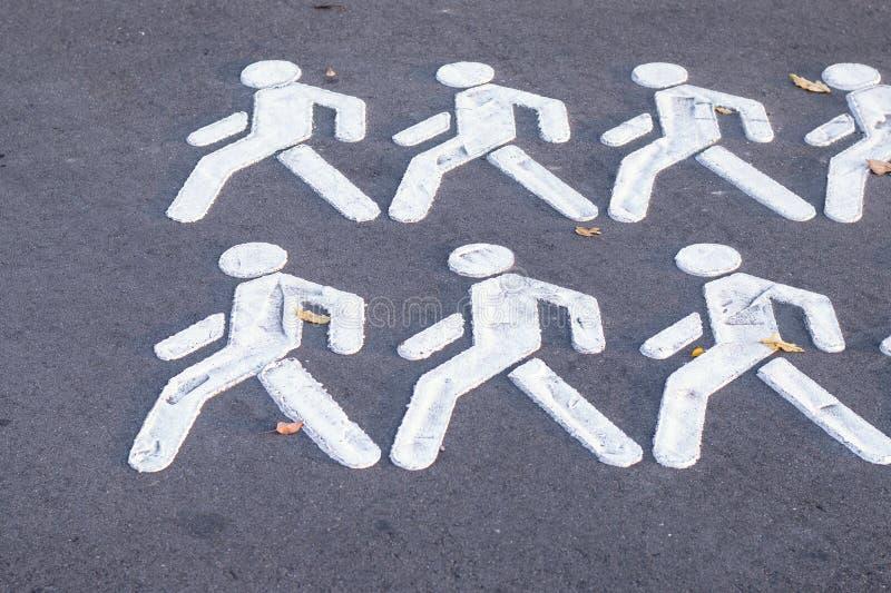 与人的行人穿越道标志自行车道路的 图库摄影