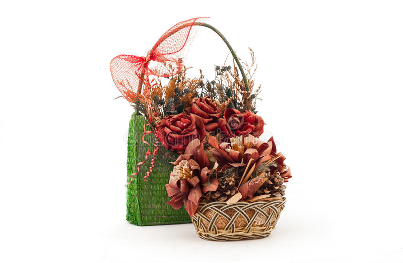 与人造花的两个篮子 免版税库存图片