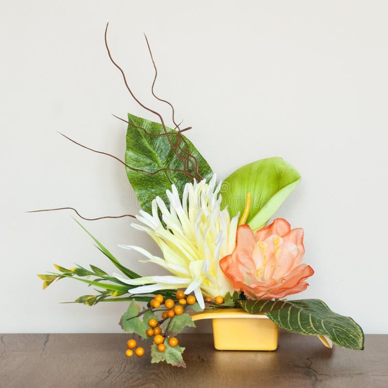 与人造花的艺术性的花卉构成 库存图片