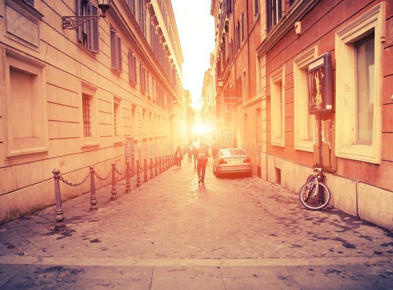 与人,妇女,学生,汽车被弄脏的剪影的都市看法  免版税库存图片