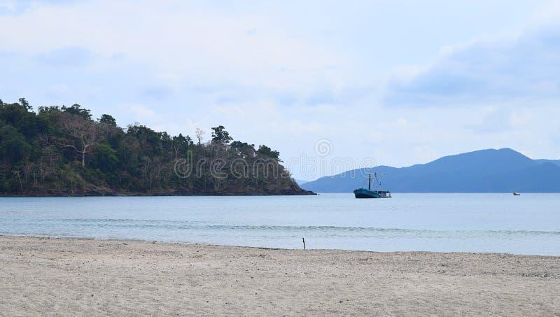 与仍然比埃水、沙滩、树和清楚的天空- Chidiya Tapu,布莱尔港,安达曼尼科巴群岛,印度的平静的海景 免版税库存照片
