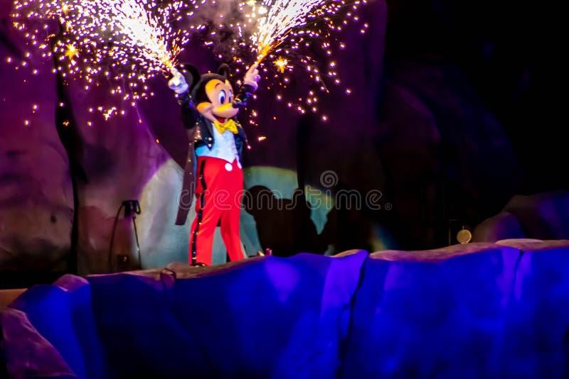 与从他的在Fantasmic展示的烟花的米老鼠手出来在好莱坞演播室在华特・迪士尼世界2 库存图片