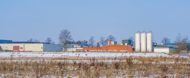 与仓库和一些白色坦克,Majoppeveld的荷兰产业风景一个工业地形在罗森达尔, 免版税库存照片