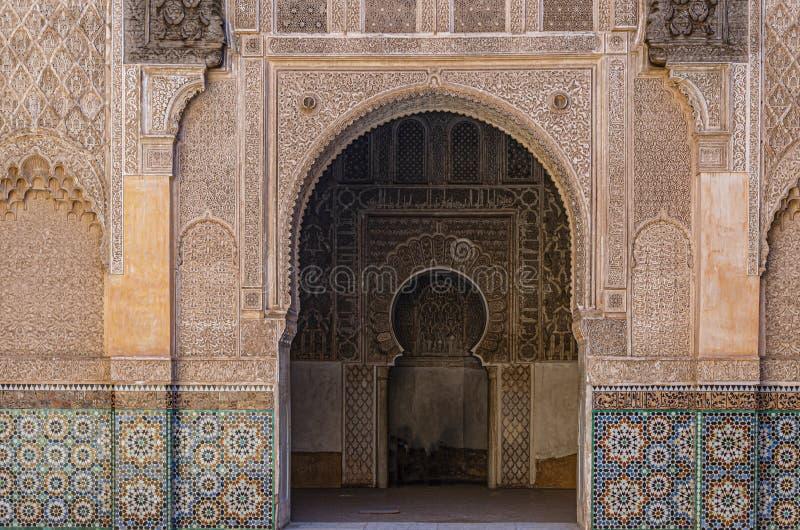 与他们的蔓藤花纹的典型的阿拉伯曲拱 马拉喀什摩洛哥 免版税库存照片