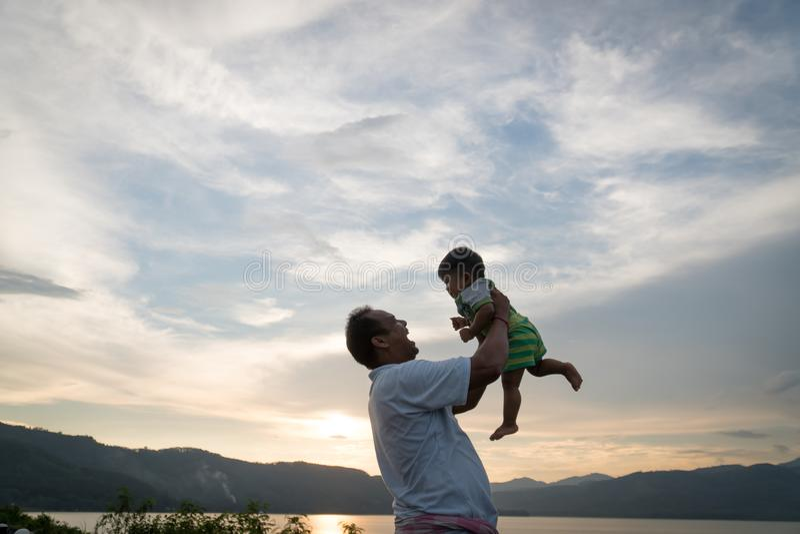 与他的婴孩的爸爸戏剧 免版税图库摄影