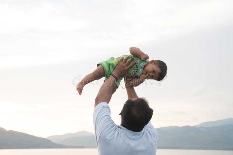 与他的婴孩的爸爸戏剧 库存图片