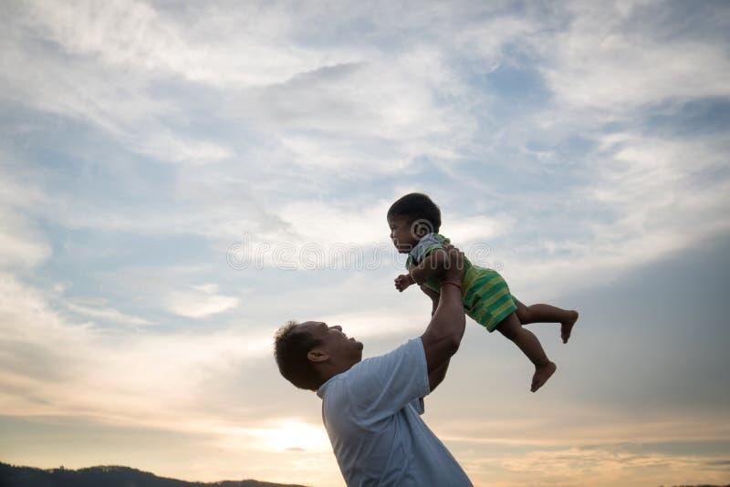 与他的婴孩的爸爸戏剧 图库摄影