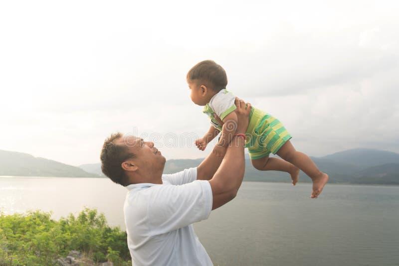 与他的婴孩的爸爸戏剧 免版税库存照片