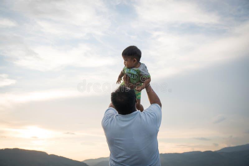 与他的婴孩的爸爸戏剧 免版税库存图片