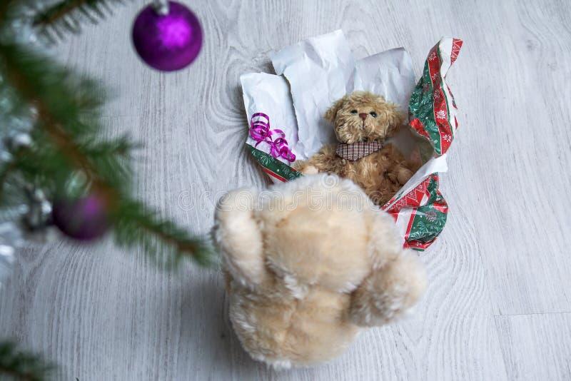 与他的礼物的逗人喜爱的玩具熊 免版税库存照片