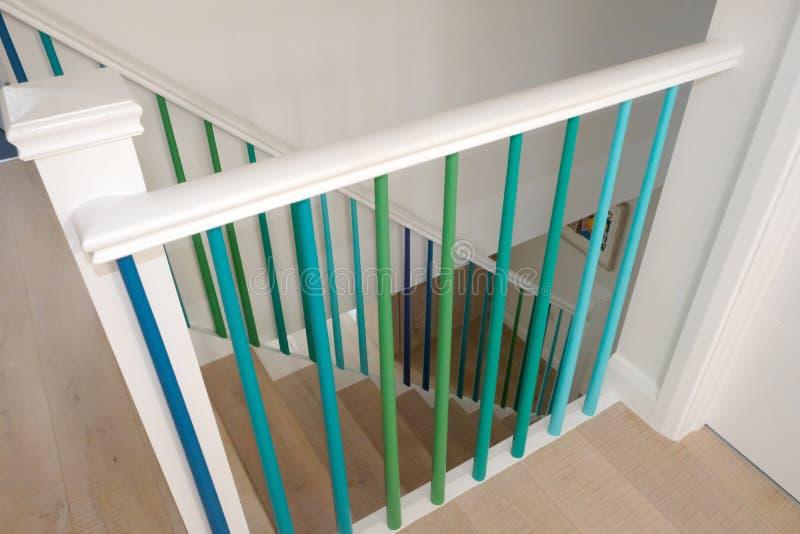 与以绿色、绿松石和蓝色ombre颜色绘的纺锤的最低纲领派木楼梯 免版税库存照片