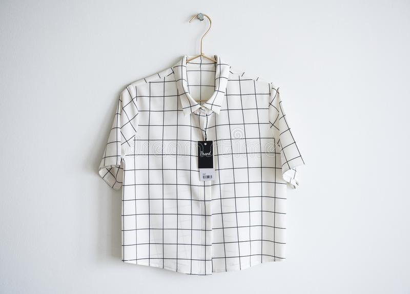 与价牌的最小的衬衣设计 免版税库存图片