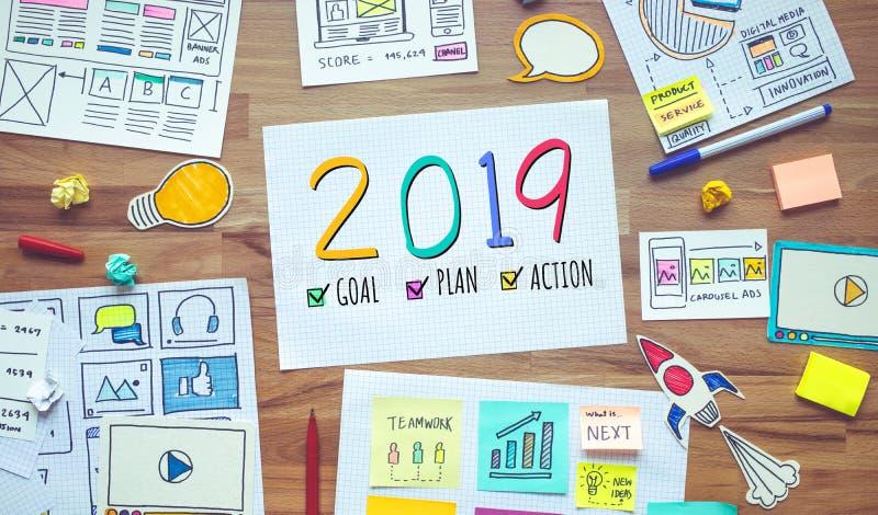 与企业数字行销和文书工作剪影的2019个新年决议在木桌上 分析战略概念 库存图片