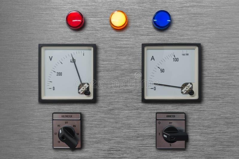 与伏特和amp米的电子控制板显示器与灯阶段信号和选路器的电系统的为 免版税库存图片