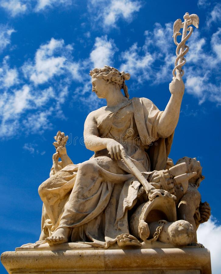与众神使者的手杖职员的凡尔赛宫法国雕象  免版税库存图片