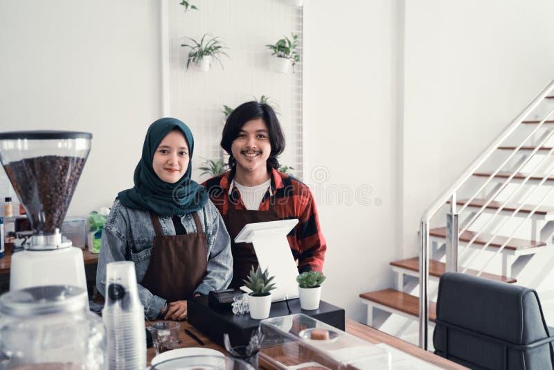与伙伴的回教咖啡馆所有者 免版税图库摄影