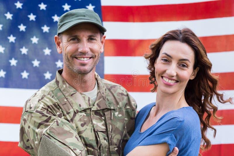 与伙伴团聚的英俊的战士 免版税库存照片