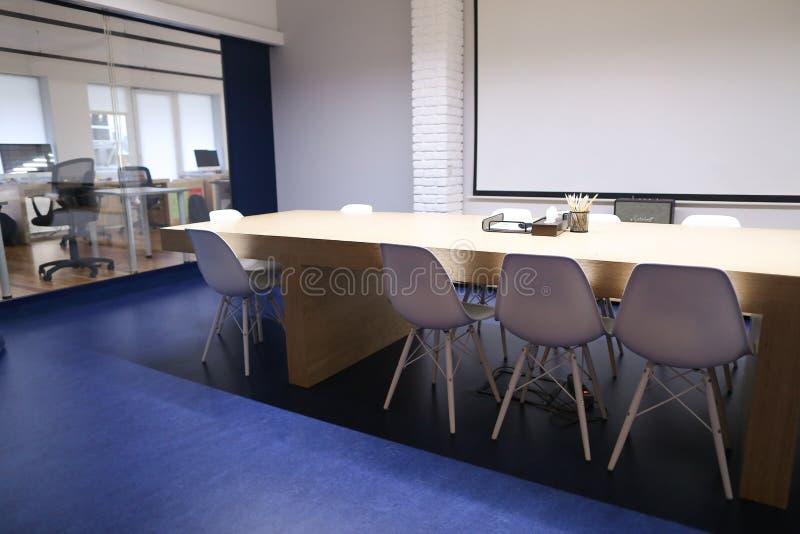 与会议室和mee大桌和内部的长的研究  库存图片