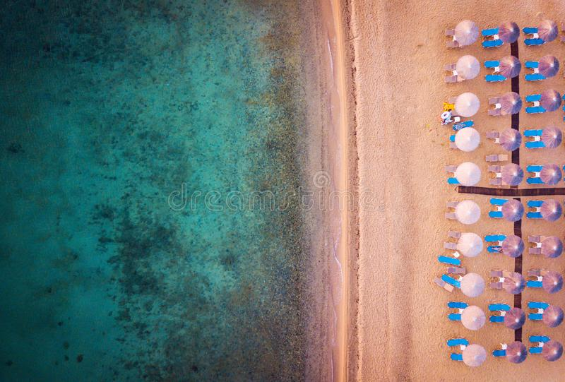 与伞和sunbeds鸟瞰图的海滩 图库摄影