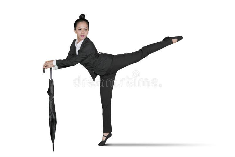 与伞的年轻女实业家舞蹈 免版税库存照片