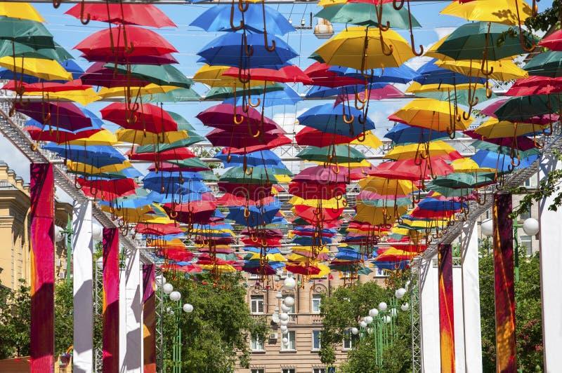 与伞的明亮的广告在街道 免版税库存图片