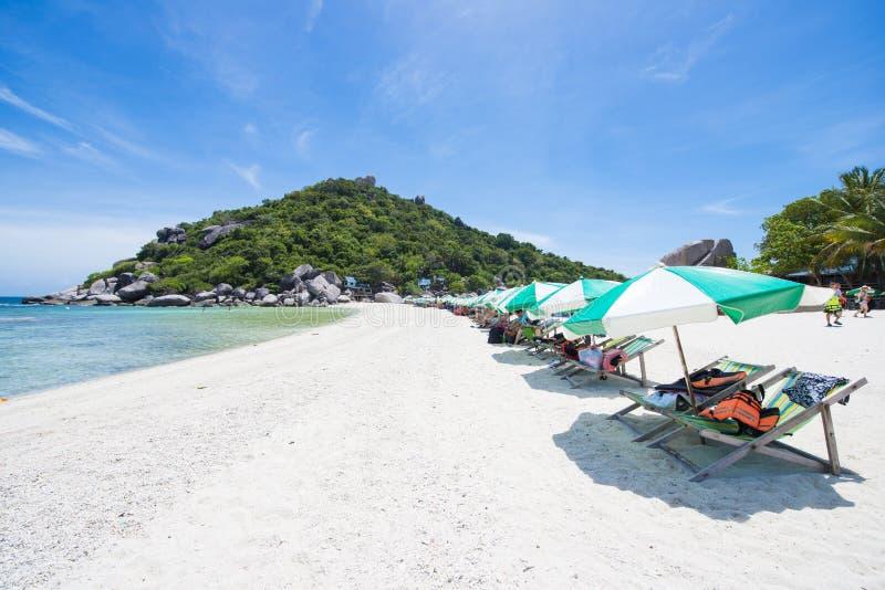 与伞的热带在Nang元海岛的海滩和椅子 库存图片