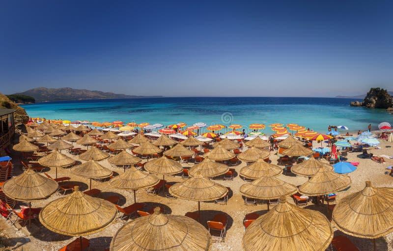 与伞的美丽的海滩一个假日在阿尔巴尼亚 爱奥尼亚人 库存图片