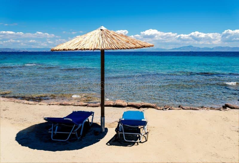 与伞秸杆的海滩风景 免版税库存图片