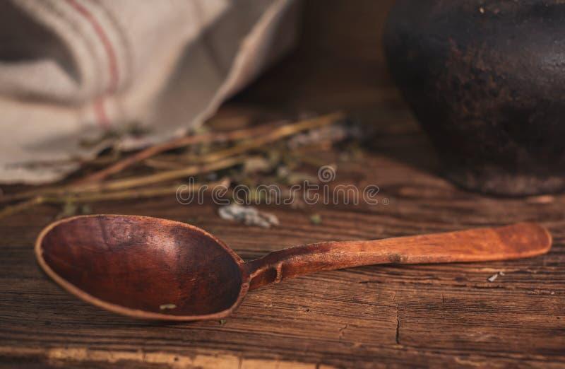 与传统乌克兰匙子的农村静物画在木背景 免版税库存图片