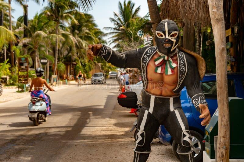 与传统服装的墨西哥westler雕象 库存照片