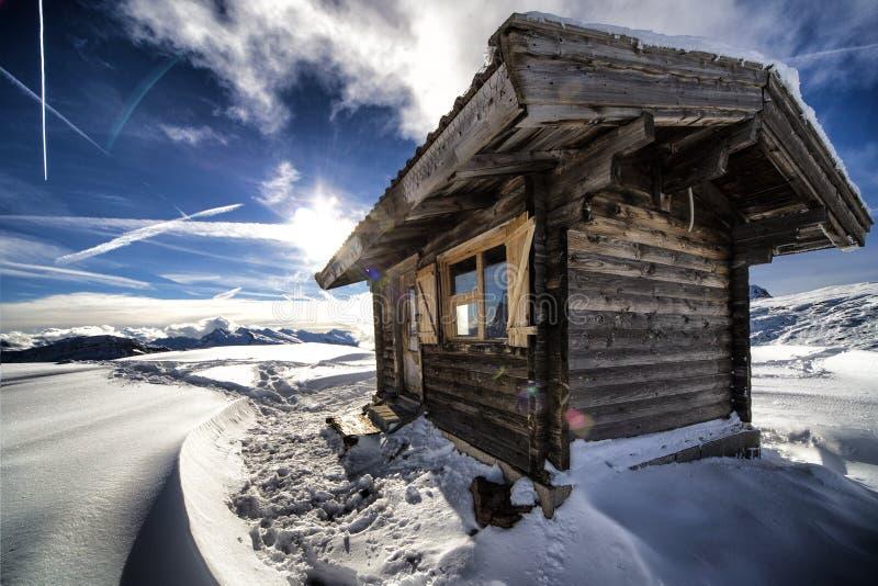 与传统木小屋的山风景 免版税库存照片