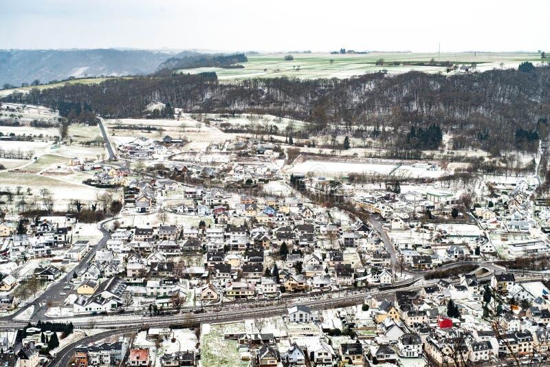 与传统村庄的乡下风景摩泽尔河谷的在德国在寒冷冬天早晨 免版税库存图片