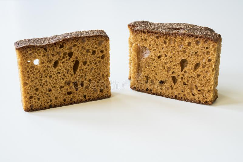 与传统荷兰语的接近的早餐香料蛋糕叫的ontbijtkoek或peperkoek 白色桌 库存图片