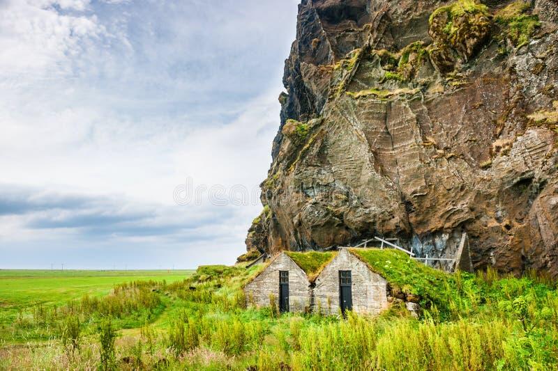与传统冰岛草皮房子的美好的风景 免版税库存图片