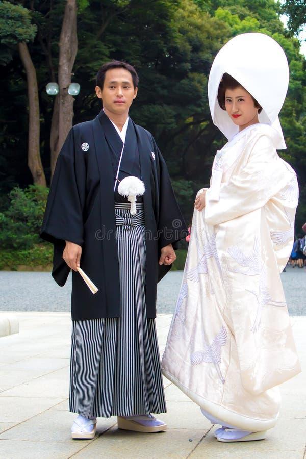 与传统服装的已婚夫妇在日本婚礼前 免版税图库摄影