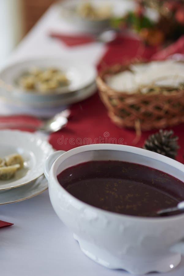 与传统波兰饭食的圣诞节桌 免版税库存照片